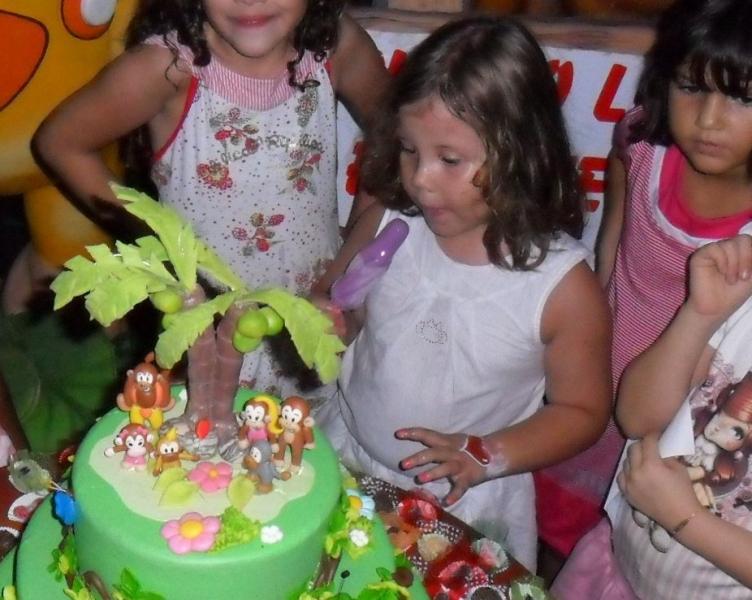 Sofia comemora seu aniversário com os Macakids.